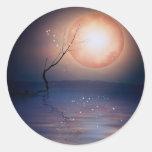 Luna chispeante de la fantasía rosada y azul sobre etiqueta redonda