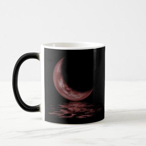 Luna creciente de la reflexión en rojo del lago tazas
