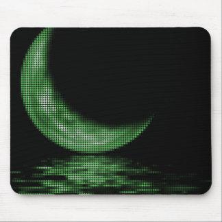 Luna creciente de la reflexión en verde del lago alfombrilla de ratones