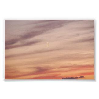 Luna creciente en la oscuridad foto