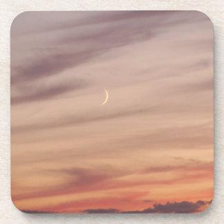 Luna creciente en la oscuridad posavasos de bebidas