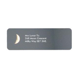Luna creciente que encera hermosa en el etiquetas de remite