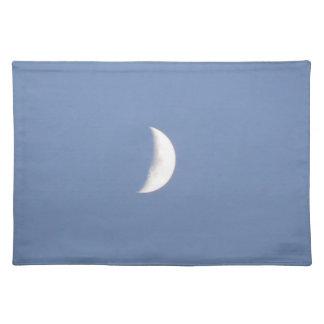 Luna creciente que encera hermosa en la luz del dí mantel