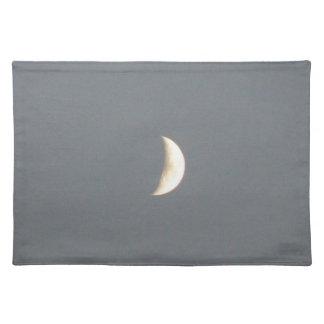 Luna creciente que encera hermosa en la oscuridad  manteles individuales