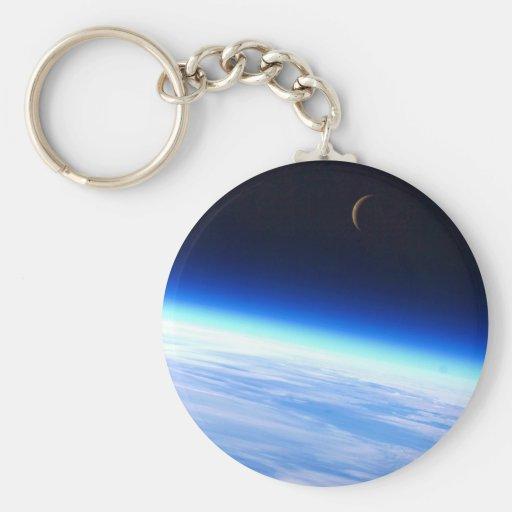 Luna creciente sobre una tierra que brilla intensa llavero personalizado