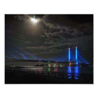 Luna de cosecha sobre el puente indio del río fotografías