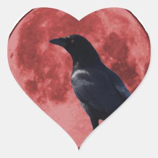 Luna de la sangre con el cuervo pegatina en forma de corazón