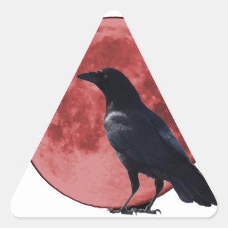 Luna de la sangre con el cuervo pegatina triangular