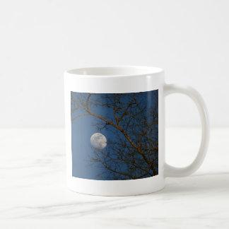 Luna del cielo azul taza clásica