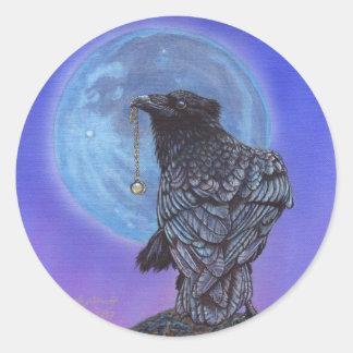 Luna del cuervo pegatina redonda