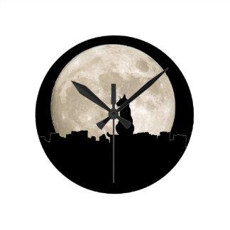 Luna del gato callejero reloj redondo mediano