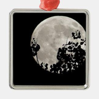 Luna detrás de las hojas oscuras adorno navideño cuadrado de metal