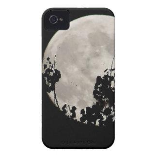 Luna detrás de las hojas oscuras Case-Mate iPhone 4 protectores