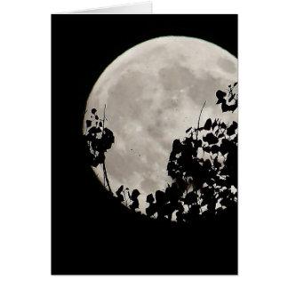 Luna detrás de las hojas oscuras tarjeta de felicitación