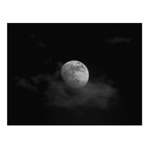 Luna en nubes postal