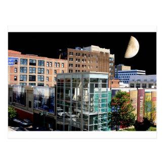 Luna grande que cuelga sobre Kansas City Postales