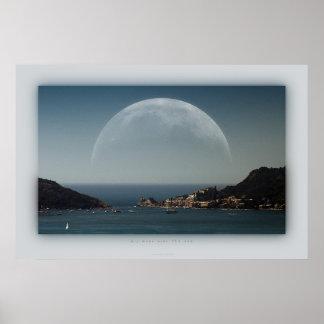 luna grande sobre el mar posters