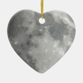Luna gris en cielo negro adorno de cerámica en forma de corazón