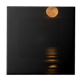 Luna Llena de oro sobre el océano Azulejo Cuadrado Pequeño