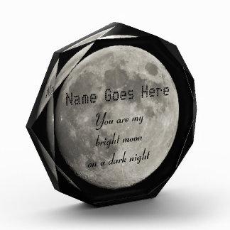 Luna Llena de plata con el cráter metálico de la i
