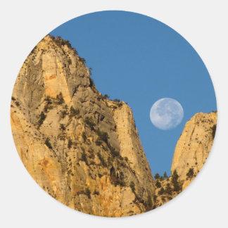 Luna Llena en la salida del sol de Zion Pegatina Redonda