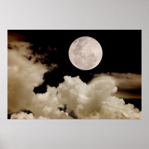 Luna Llena grande que pasa detrás de las nubes Póster