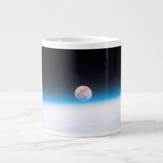 Luna Llena obscurecida parcialmente por la Taza Grande