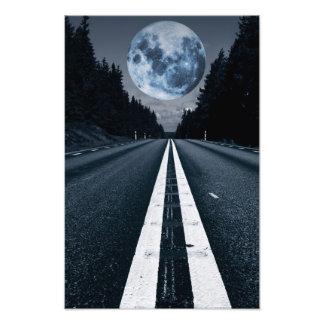 Luna Llena surrealista sobre un camino solo Fotografía
