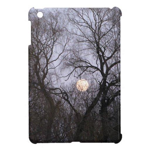 Luna Llena y árboles oscuros iPad Mini Carcasa