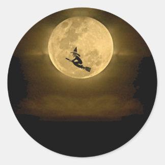 Luna Llena y bruja amarillas Halloween Etiqueta Redonda