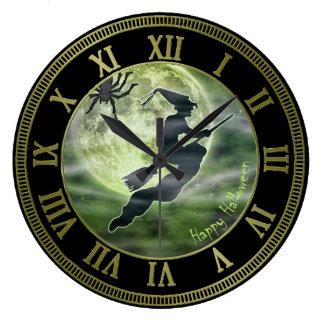 Luna Llena y bruja - cielo verde de Halloween Reloj Redondo Grande