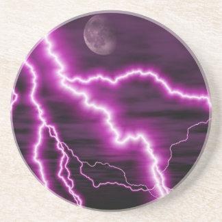 Luna plateada con las rayas púrpuras dentadas del  posavaso para bebida