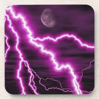 Luna plateada con las rayas púrpuras dentadas del  posavasos
