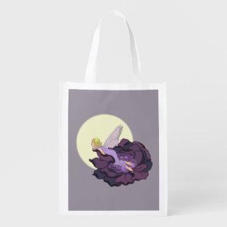Luna que mira el cielo de hadas de la tarde de la bolsas de la compra
