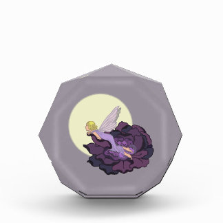 Luna que mira el cielo de hadas de la tarde de la