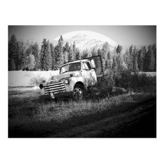 Luna que sube sobre el camión viejo de la granja postal