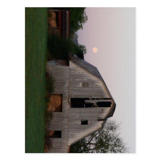 Luna que sube sobre granero lleno tarjeta postal