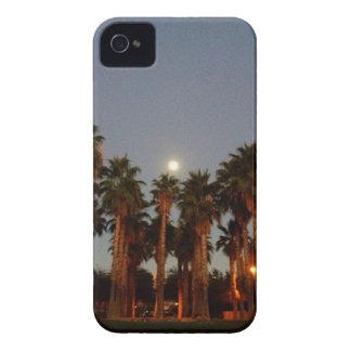 Luna que sube sobre las palmeras Case-Mate iPhone 4 carcasa
