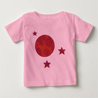 Luna roja y camisa de tres estrellas