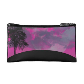 Luna rosada de la fantasía, nubes y silueta negra