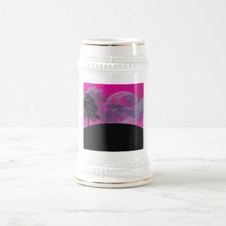 Luna rosada de la fantasía, nubes y silueta negra jarra de cerveza