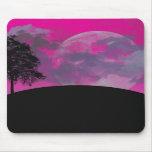 Luna rosada de la fantasía, nubes y silueta negra  alfombrilla de ratón
