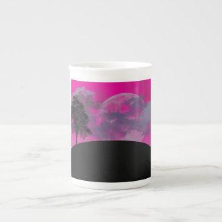 Luna rosada de la fantasía, nubes y silueta negra  tazas de porcelana