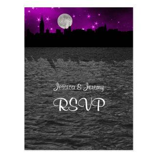 Luna RSVP púrpura 1 de la silueta del horizonte de Postal