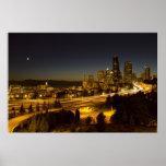 Luna sobre el horizonte céntrico de Seattle Posters