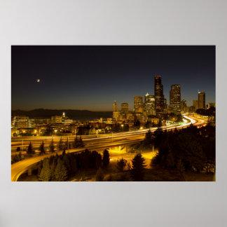 Luna sobre el horizonte céntrico de Seattle Póster
