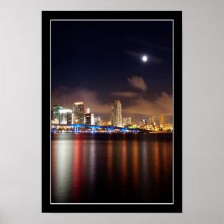 Luna sobre el horizonte de Miami - poster