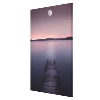 Luna sobre el lago impresión en lienzo estirada