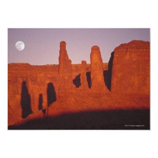 Luna sobre formaciones de roca invitación personalizada