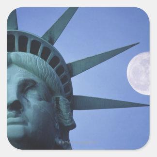 Luna sobre la estatua pegatina cuadrada
